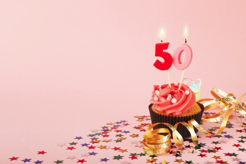 50.-Geburtstag-Cupcake-mit-Kerze-und-Streuseln
