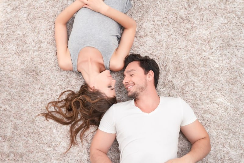 Angenehmes-Paar-liegt-auf-dem-Teppich