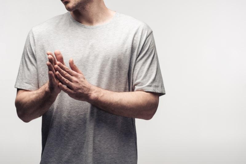 Ausgeschnittene-Ansicht-eines-Mannes-der-sich-die-Hande-reibt-isoliert-auf-grauem-menschlichem-Emotions-und-Ausdruckskonzept