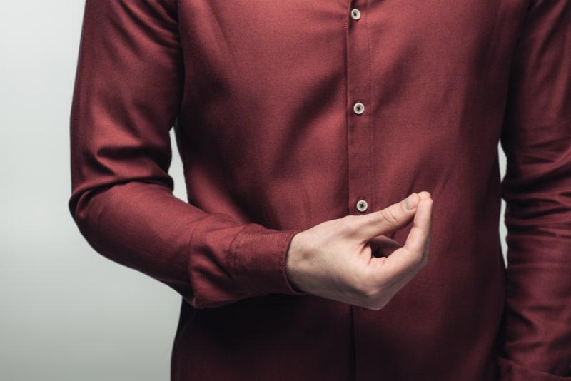 Ausgeschnittene-Ansicht-eines-Mannes-mit-Geldgeste-isoliert-auf-Grau