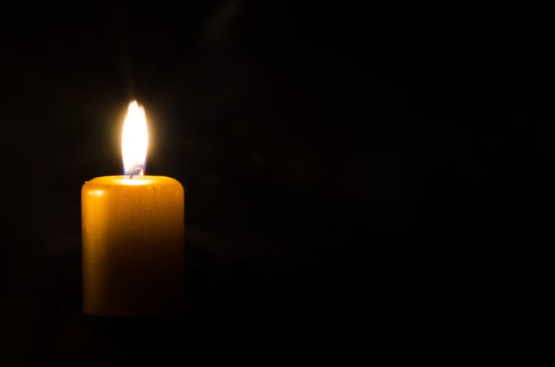 Brennende-Kerze-im-Dunkeln