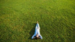 Frau entspannt auf dem Gras
