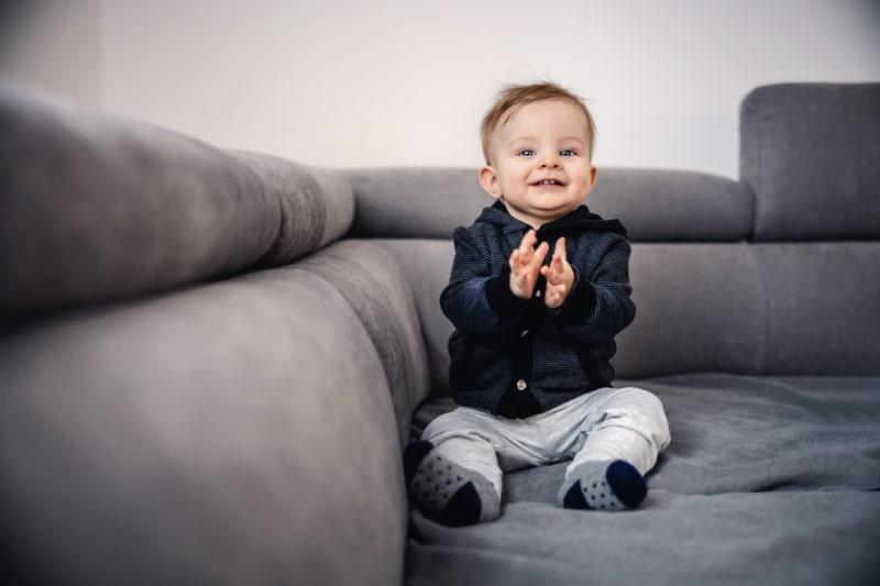 Frohlicher-entzuckender-lachender-kleiner-Junge-der-mit-seinen-Handen-klatscht