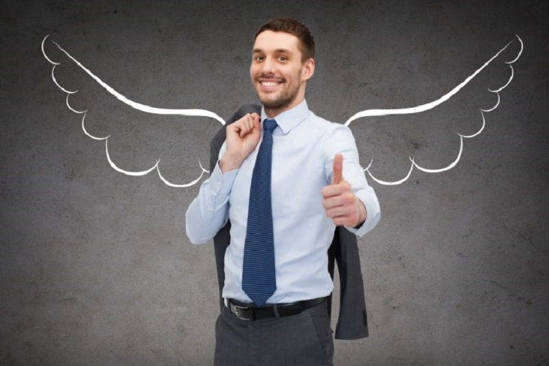 Geschaftsmann-mit-Engelsflugeln-zeigt-Daumen-nach-oben