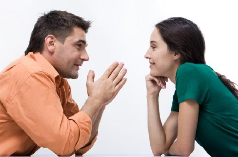 Gesprach-zwischen-Frau-und-Mann