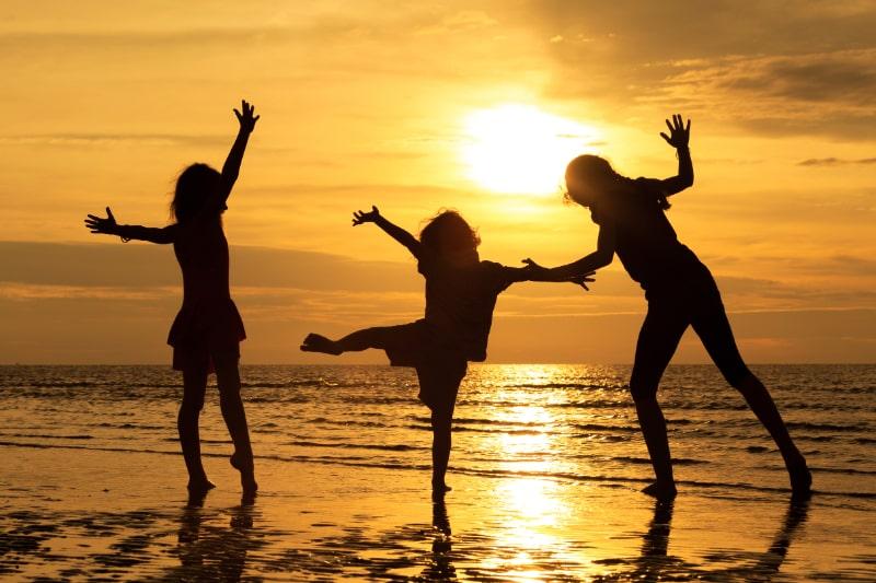 Gluckliche-Kinder-die-am-Strand-spielen