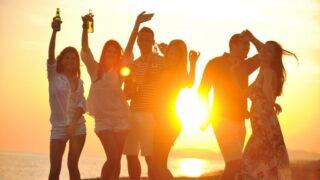 Gruppe junger Leute genießen Sommerparty am Strand