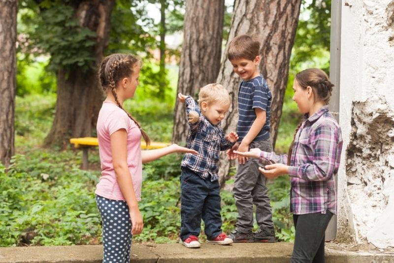 Gruppe-von-Kindern-Kinder-die-Klatschspiele-spielen
