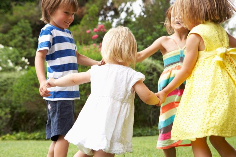 Gruppe-von-Kindern-die-zusammen-spielen