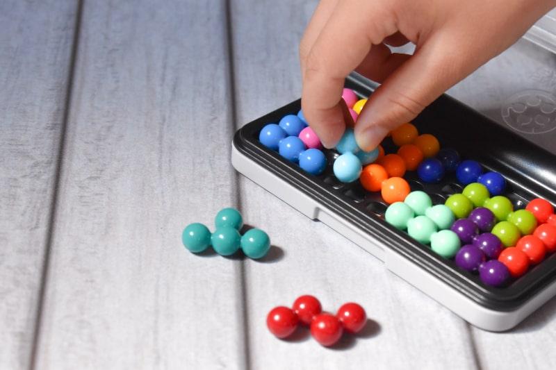 Interessantes-Spiel-fur-Kinder-um-Gedachtnis-und-Intelligenz-zu-entwickeln.