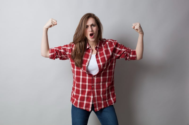 Junge-Frau-aus-den-20ern-die-ihre-Unabhangigkeit-und-ihr-Geschlecht-laut-schreit