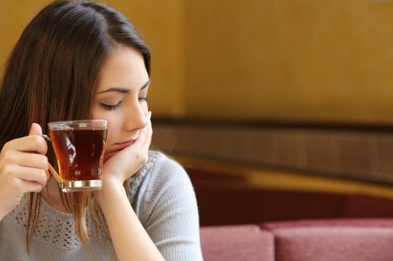 Junge-Frau-entspannt-in-einem-Cafe-mit-einer-Tasse-Tee