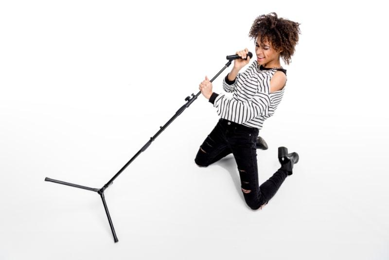Junge-Sangerin-mit-Mikrofon