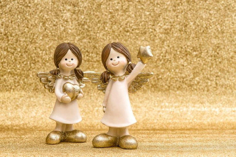 Kleine-Schutzengel-goldener-Hintergrund-Weihnachtsdekoration