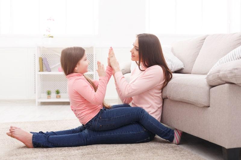 Mit-Mama-zusammen-Handeklatschen-spielen
