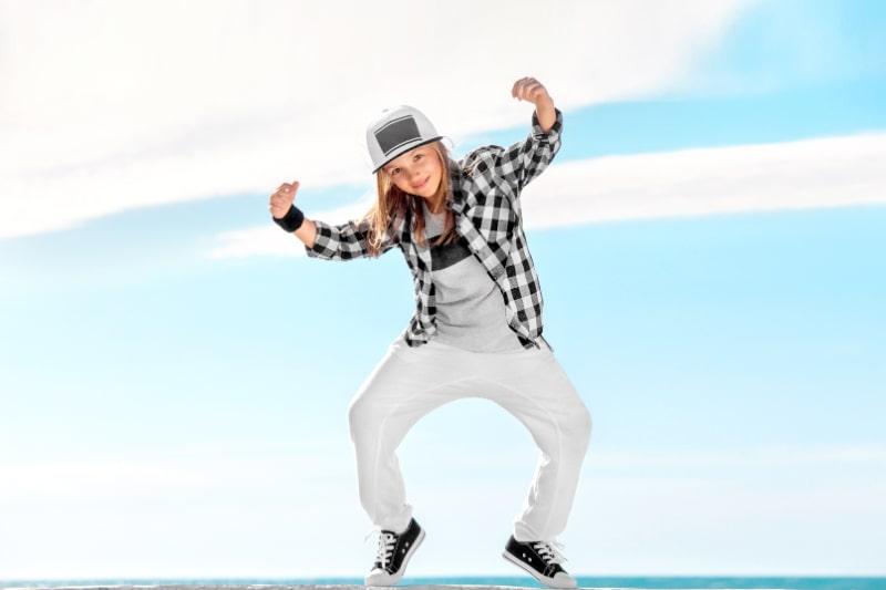 Modekind-das-uber-Himmelhintergrund-tanzt
