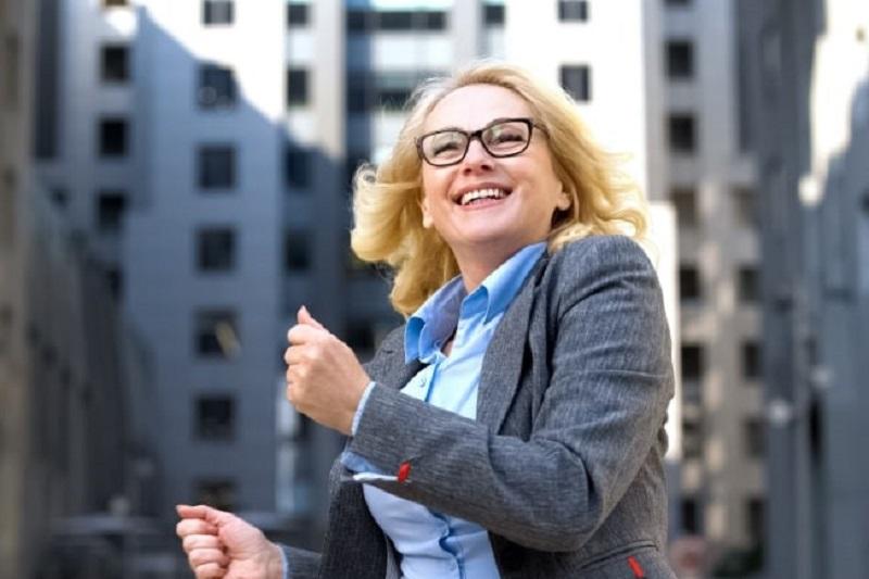 Motivierter-lachelnder-Mitarbeiter-des-Unternehmens-der-aufgeregt-ist