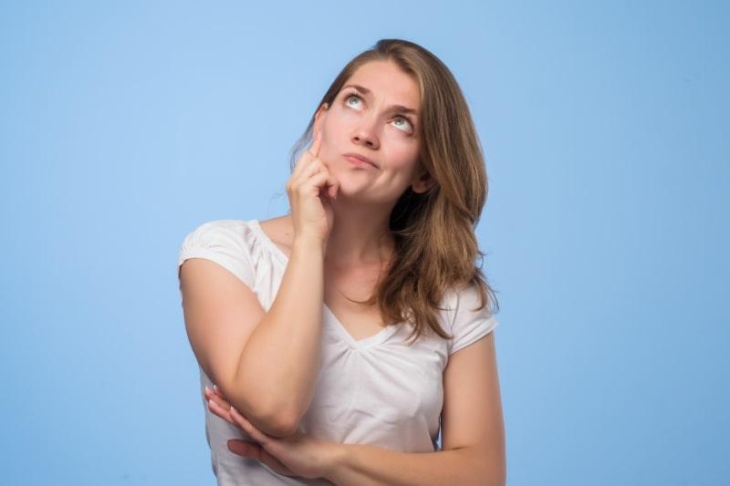 Nahaufnahme-Portrat-eines-ziemlich-selbstbewussten-nachdenklichen-Madchens