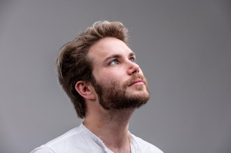 Nahaufnahme-Studioaufnahme-Portrait-eines-gutaussehenden-jungen-Mannes