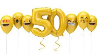 Nummer 50 gelbes Geburtstags-Emoji steht vor Ballons.