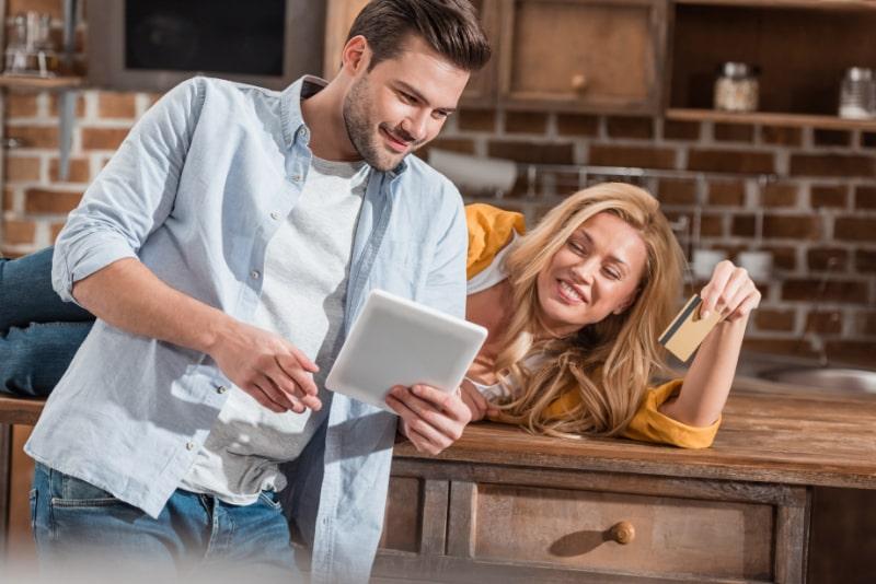 Paar-macht-E-Shopping-mit-Tablet