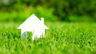 Papierhaus im grünen Grasfeld