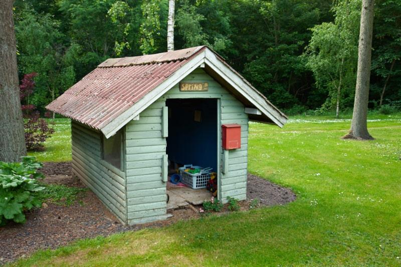 Schones-kreatives-handgemachtes-Gartenspielspielzeughaus