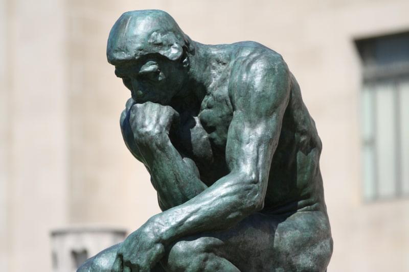 Statue-denkender-Mann