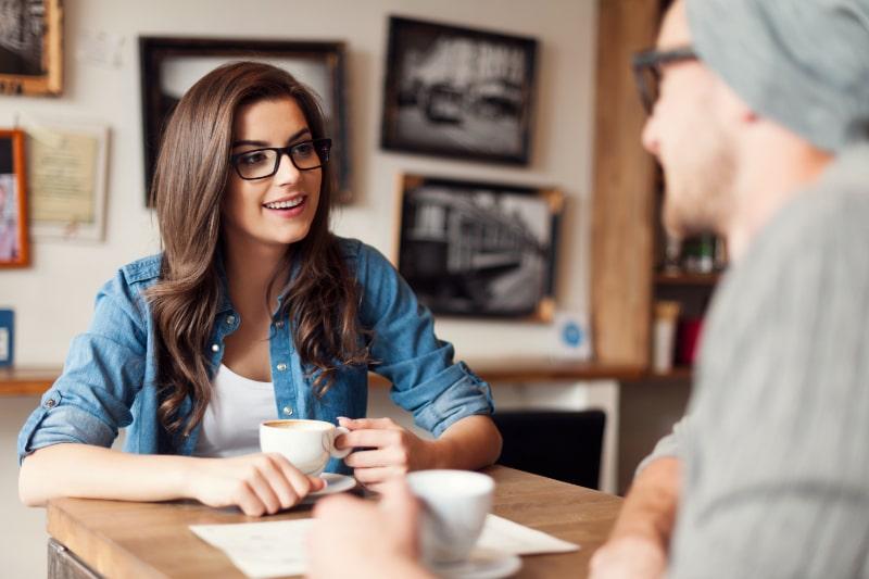 Stilvolles-Paar-das-im-Cafe-spricht