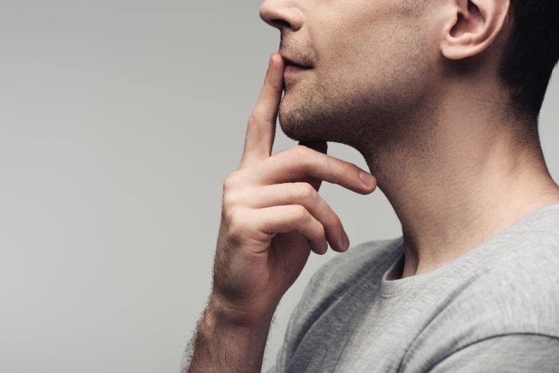 Teilansicht-eines-stummen-Mannes-der-ein-Stillezeichen-zeigt-isoliert-auf-grauem-menschlichem-Gefuhl-und-Ausdruckskonzept