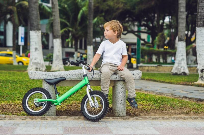 Blonder-Junge-der-Fahrrad-fahrt