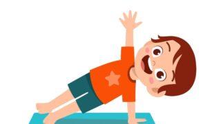 Glücklicher süßer kleiner Junge und Mädchen machen Yoga-Pose