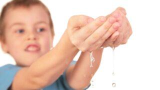 Kind mit Wassertropfen