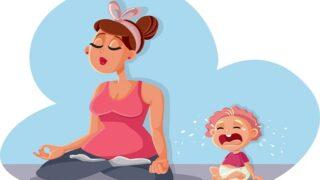 Zen-Mama entspannt sich in Yoga-Pose und Baby weint
