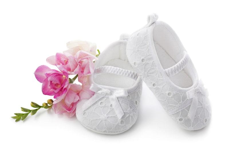 Babyschuhe-mit-rosa-Blumen-min