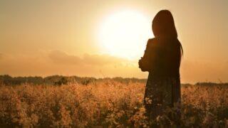 Frauensilhouette wartet auf Sommersonne