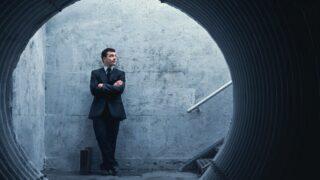 Geduld ist eine Tugend Geschäftsmann, der auf etwas oder jemanden wartet