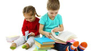 Kleine Kinder mit Büchern isoliert auf weiß