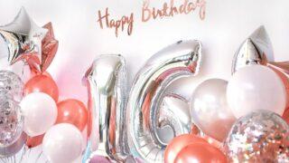 Ballons und Nummer 16 der Geburtstagsballons. Grußkarte für Mädchen im Teenageralter