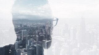 Foto eines stilvollen bärtigen Anwalts, der einen trendigen Anzug trägt und eine Stadt sucht. Doppelbelichtung, Panoramablick zeitgenössischer Stadthintergrund. Platz für Ihre Geschäftsbotschaft