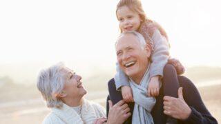 Großeltern und Enkelin zu Fuß