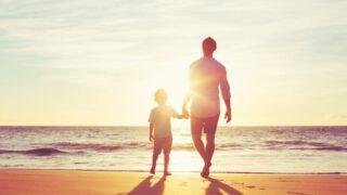 Vater und Sohn gehen zusammen Hand in Hand